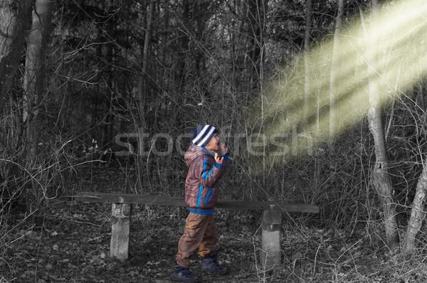 Scary jongen blijven hout zwart wit hand Stockfoto © blumer1979