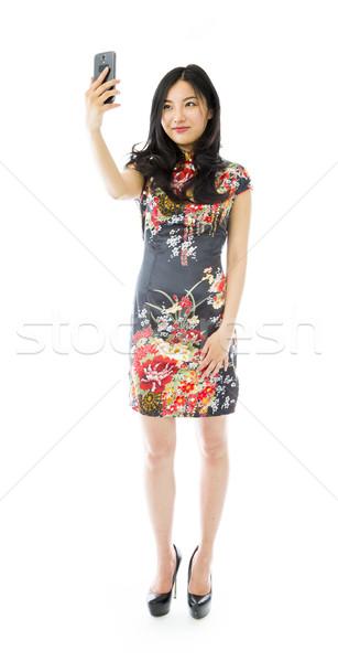 ázsiai fiatal nő fényképezés mobiltelefon nő öröm Stock fotó © bmonteny