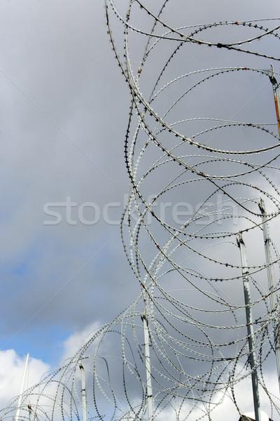 Nem borotva drót fehér felhők biztonság Stock fotó © bobhackett