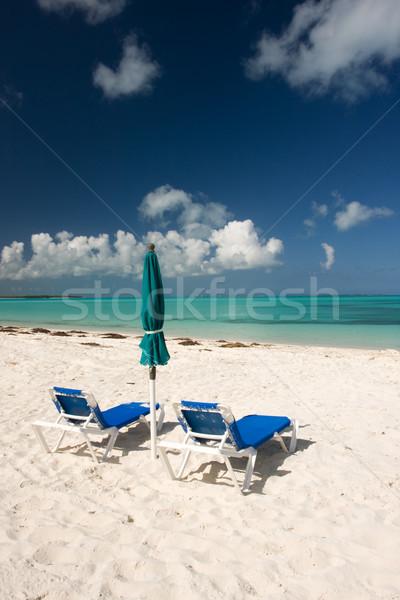 Trópusi tengerpart kilátás kettő nap esernyő tenger Stock fotó © bobhackett