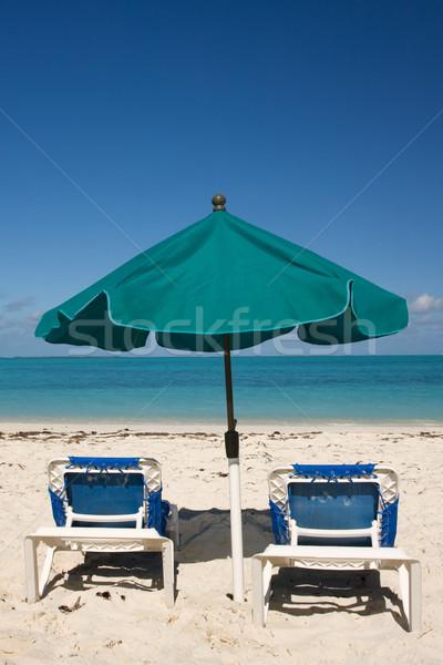 Trópusi tengerpart esernyő zöld nap kettő tengerpart Stock fotó © bobhackett
