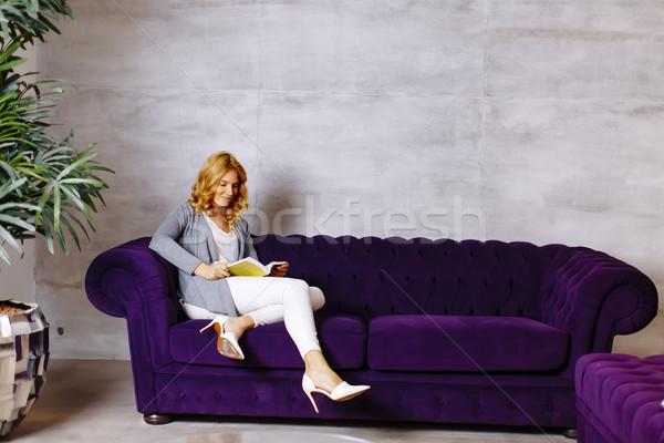 Jonge vrouw lezing verhalenboek bank home gelukkig Stockfoto © boggy