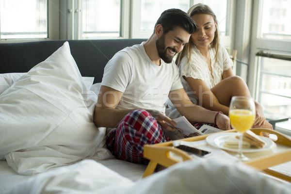 Сток-фото: пару · завтрак · кровать · домой · человека · молодые