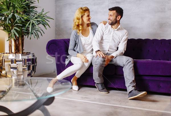 Paar vergadering comfortabel bank woonkamer gelukkig Stockfoto © boggy