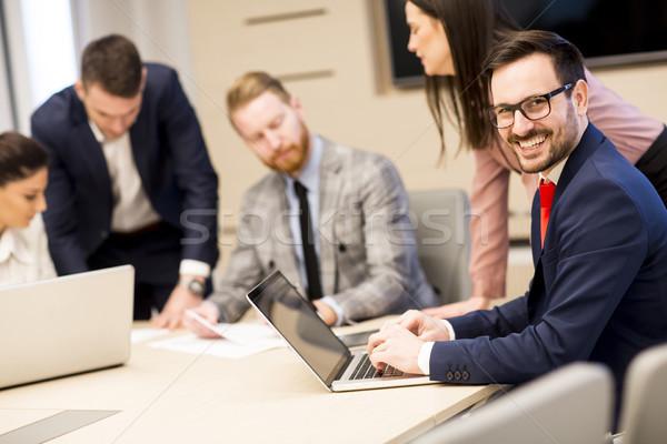 Fiatal üzletemberek együtt dolgozni iroda modern megbeszélés Stock fotó © boggy