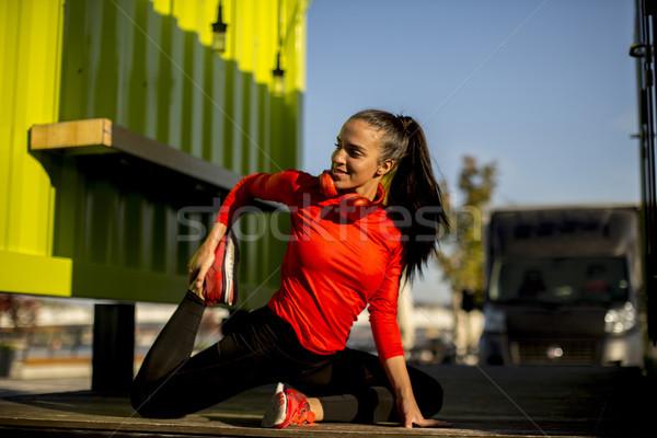 Jonge vrouw promenade lopen ochtend stedelijke hoofdtelefoon Stockfoto © boggy