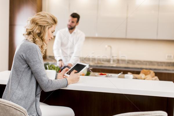Donna tablet tavolo da cucina uomo Foto d'archivio © boggy