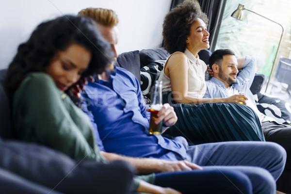 Grup arkadaşlar izlerken tv içme elma şarabı Stok fotoğraf © boggy