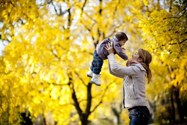 ストックフォト: 秋 · 家族 · 赤ちゃん · 笑顔 · 幸せ · 葉