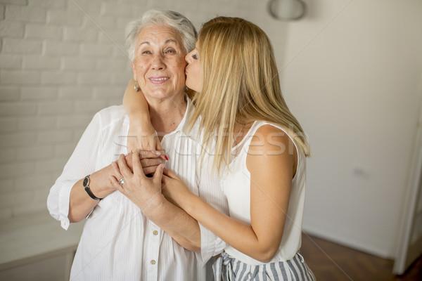 Pronipote bacio nonna stanza home famiglia Foto d'archivio © boggy