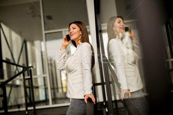 Teléfono móvil edificio de oficinas bastante negocios mujer Foto stock © boggy