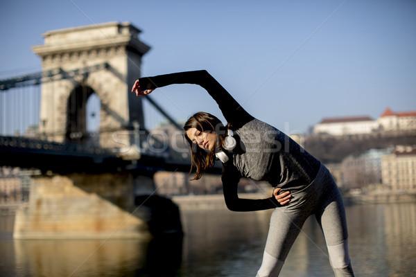 Donna abbigliamento sportivo danubio fiume passeggiata Foto d'archivio © boggy