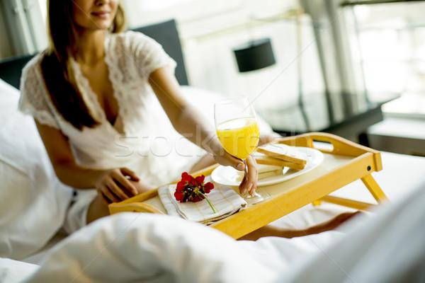 Zdjęcia stock: Portret · szczęśliwy · kobieta · jedzenie · śniadanie · bed