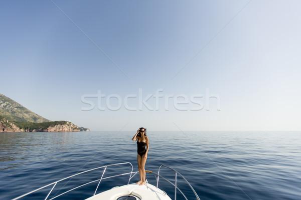Csinos fiatal nő megnyugtató jacht tenger nő Stock fotó © boggy