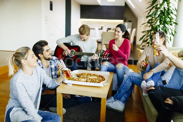 Groep jongeren partij huis glimlach gitaar Stockfoto © boggy