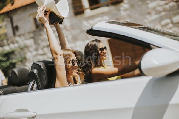 Iki mutlu arkadaşlar beyaz kabriyole araba Stok fotoğraf © boggy