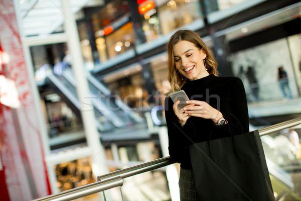 Modern nő pláza portré mosoly vásárlás Stock fotó © boggy