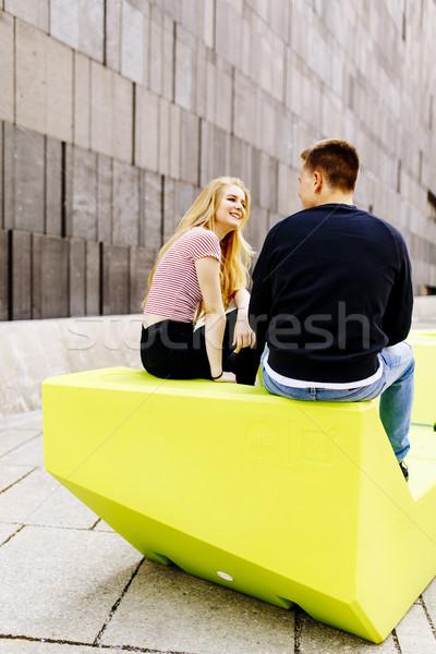 Kochający studentów para posiedzenia zewnątrz miejskich Zdjęcia stock © boggy