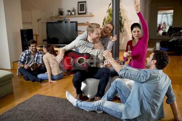 Jovens festa guitarra quarto mulheres casa Foto stock © boggy