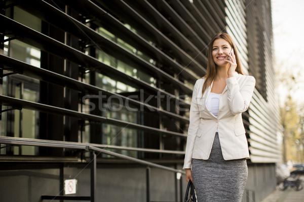 Femme d'affaires téléphone portable permanent immeuble de bureaux affaires femme Photo stock © boggy
