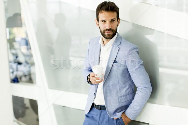 Empresario taza café edificio de oficinas oficina traje Foto stock © boggy