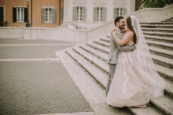 Fiatal újonnan házaspár pózol Róma gyönyörű Stock fotó © boggy