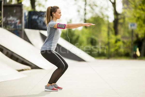 Stock fotó: Fiatal · nő · testmozgás · park · csinos · napos · idő · fitnessz