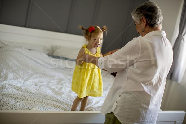 おばあちゃん 孫娘 ベッド ルーム 女性 ストックフォト © boggy