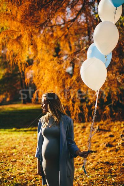 Foto stock: Jovem · mulher · grávida · colorido · balões · outono · floresta