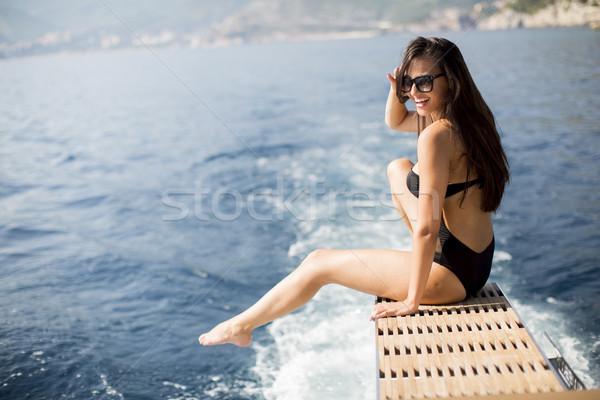 Csinos fiatal nő megnyugtató jacht tenger napos idő Stock fotó © boggy
