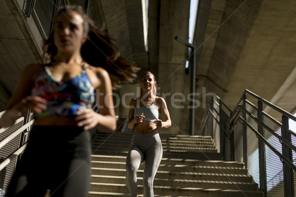 Fiatal nők fut egyedül lefelé lépcsősor szabadtér Stock fotó © boggy
