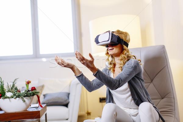 Mulher virtual realidade óculos de proteção quarto Foto stock © boggy
