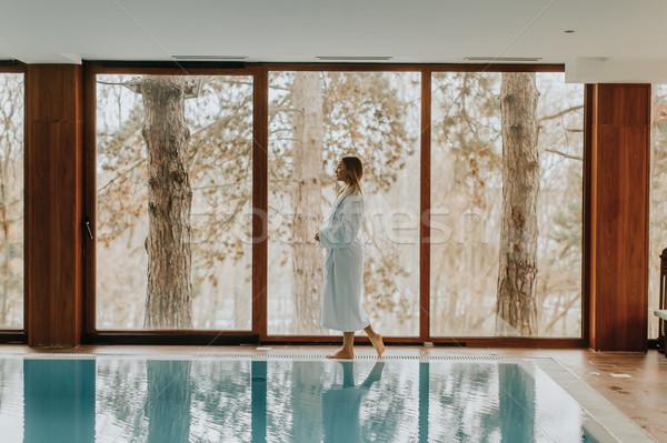 Stockfoto: Mooie · jonge · vrouw · permanente · zwembad · vrouw · vrouwen