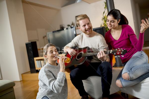 Barátok szórakozás gitár boldog játszik zenét hallgat Stock fotó © boggy