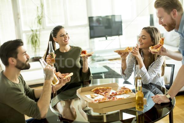 Gençler yeme pizza içme elma şarabı oda Stok fotoğraf © boggy