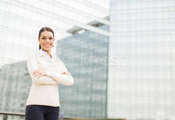Jonge zakenvrouw kantoorgebouw kantoor glimlach gelukkig Stockfoto © boggy