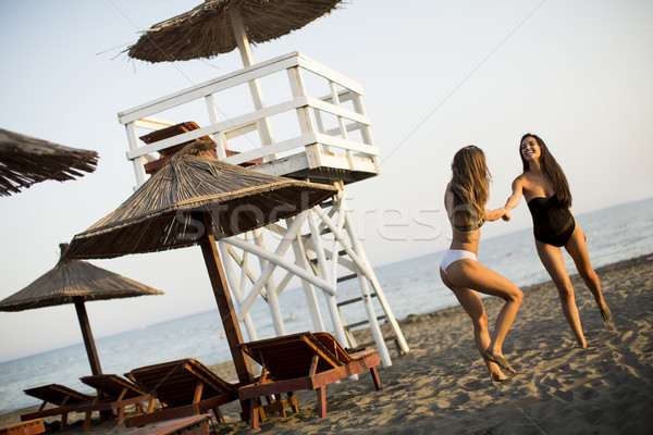 Junge Frauen Strand Beobachtung Turm Frauen Stock foto © boggy