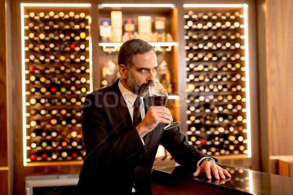 Foto stock: Bonito · homem · maduro · degustação · vinho · tinto · vidro · vinho