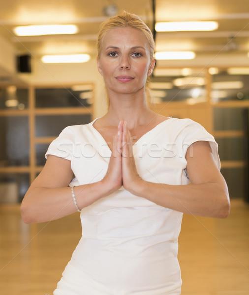 Higgadt csinos nő jóga testmozgás stúdió kilátás Stock fotó © boggy