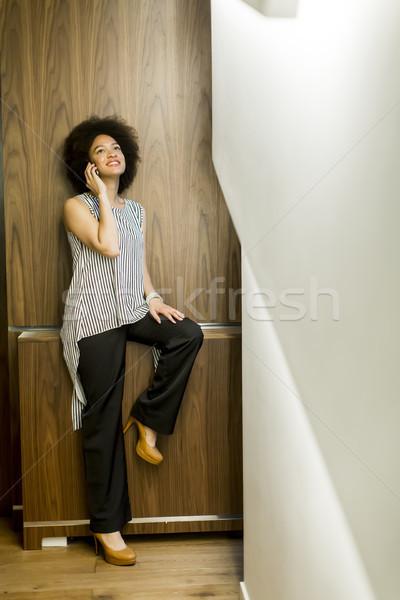 Сток-фото: улыбаясь · афроамериканец · деловая · женщина · мобильного · телефона · служба