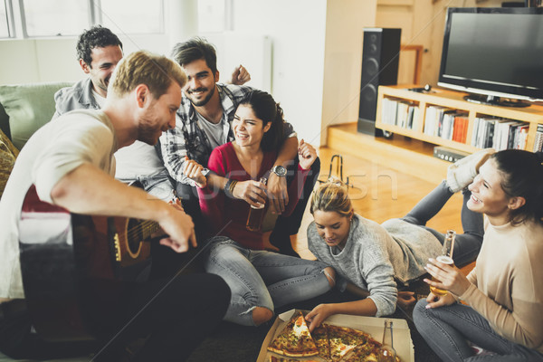 Gruppe Jugendlichen Pizza Party Zimmer glücklich Stock foto © boggy