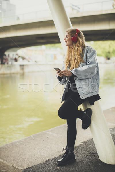 小さな きれいな女性 ポーズ 通り ヘッドホン リスニング ストックフォト © boggy