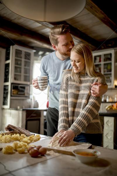 любящий пару пасты кухне домой женщину Сток-фото © boggy