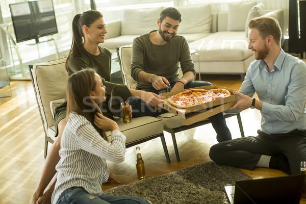 Jóvenes comer pizza potable sidra moderna Foto stock © boggy