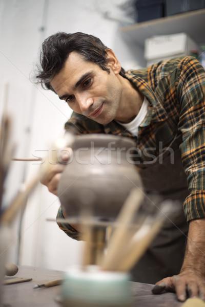 Fiatalember készít cserépedények műhely kéz dolgozik Stock fotó © boggy