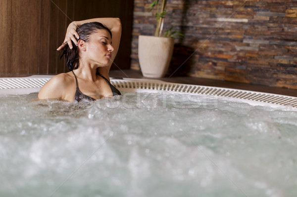ストックフォト: 若い女性 · 温水浴槽 · 女性 · ボディ · 美 · プール