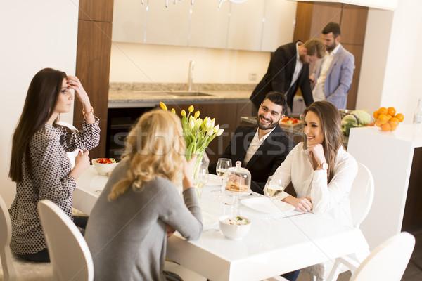 Vrienden vergadering eettafel vieren partij wijn Stockfoto © boggy