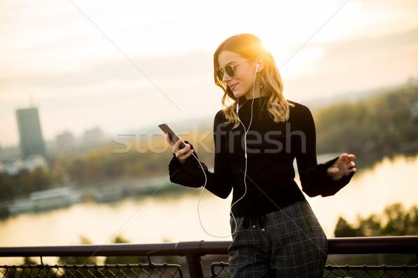 Trendi nő hallgat zene okostelefon szabadtér Stock fotó © boggy