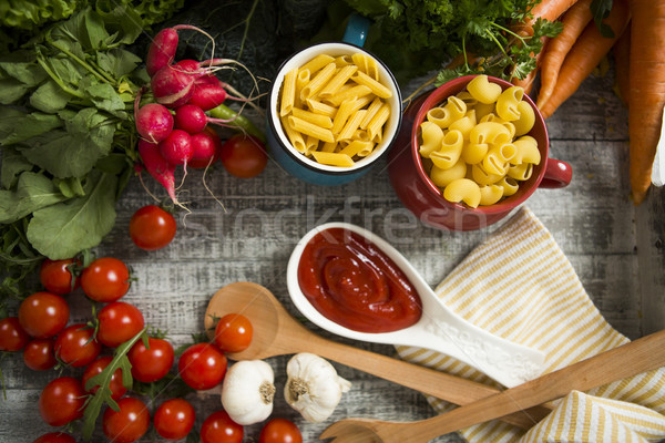Frische Lebensmittel Tabelle Essen Pasta Tomaten frischen Stock foto © boggy