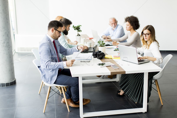 Foto stock: Alegre · equipe · de · negócios · trabalhar · moderno · escritório · ver